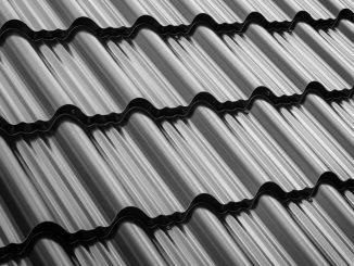 Černá plechová střecha, která je za příznivou cenu